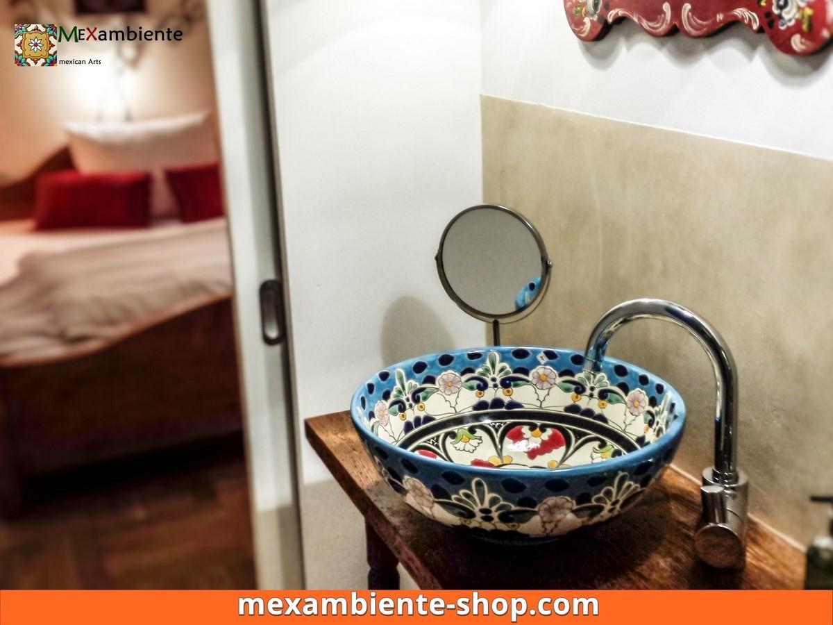 <p>Romantisches Badezimmer mit einem bemalten Mexiko Aufsatzwaschbecken. Hier das Modell MEX3 Tulum von Mexambiente im Hotel Schloß Blumenthal</p>