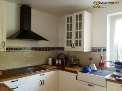 <p>Stilvolle Fliesen für die Küche. IKEA Küche und Fliesenspiegel geschmückt mit unseren beliebten mexikanischen Fliesen Weiss UW1 + Bordüre OC 144 (11×11 cm)</p>