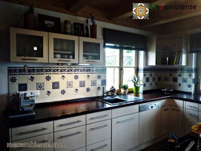 <p>Fliesen im Landhausstil von Mexambiente. Unsere Premium- Mexiko Fliesen sind perfekt fürden südländischen Flair in die Küche. Talavera mexikanische Fliesen in Blau-weiss 11×11 cm</p>