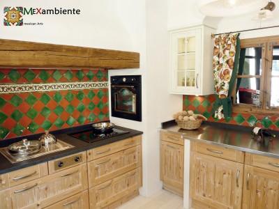 <p>Landhaus Küche mit bunten mexikanischen Fliesen in grün und terracotta plus die Bordüre OC 111. Ein Klassiker bei Mexambiente.</p>