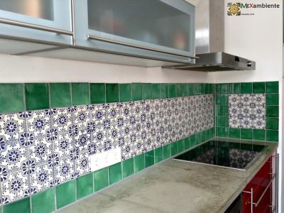<p>Der Marokkanische Stil für den Fliesenspiegel mit <strong>Premium- Mexiko Fliesen</strong>, orientalische Fliesenlook mit handbemalten mexikanischen Fliesen von Mexambiente sorgen für einen besonderen Flair in der Küche. Verwendete Fliesen 11×11: <strong>OC 82 + Grün UG3</strong></p>