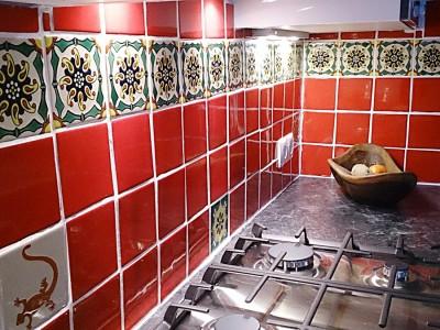 <p>Küchenfliesen in rot mit Dekorfliesen aus Mexiko. Farbe ROT UR7 + Dekor OC 192a (11×11 cm)</p>
