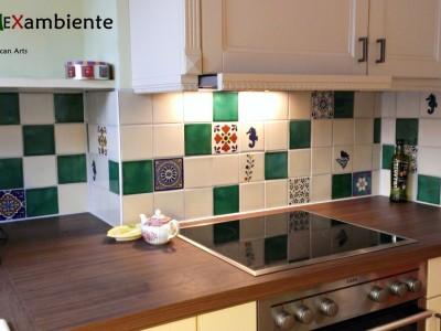 <p>Heller Fliesenspiegel im Patchwork- Stil mit einfarbigen weissen und grünen mexikanischen Fliesen und bunten Dekorfliesen, zum Beispiel die Klassiker Seepferdchen und Vogel. Fliesen im Format 11×11 cm</p>