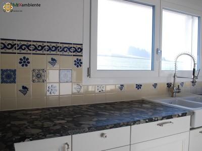 <p>Zweites Foto – Landhausküche mit blau-weissen mexikanischen Fliesen. Klassische mexikanische Talavera Fliesendekors- Vogel, florale Muster, Wellen-Bordüre und die schlichte Farbwahl in blau und weiss verhelfen der Küche zu schlichter, unaufdringlicher Eleganz.</p>