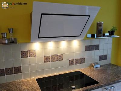 <p>Fliesenspiegel Küche in arabischen Stil. Mit unseren Premium Fliesen aus Mexiko (11×11 cm) hat man hier die Weisse Fliese UW1 (mexikanisches Weiss) mit der Relieffliese RVL 168 schön kombiniert.</p>