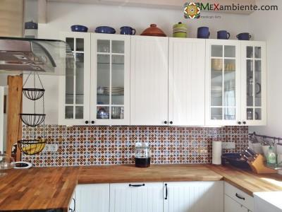 <p>Fliesenspiegel mit mexikanischem Muster.Der moderne Landhausstil der weissen Küche mit der Echtholzarbeitsplatte wird durch den Fliesenspiegel aus der typisch mexikanischen Fliese <strong>OC 101</strong> von Mexambiente perfekt ergänzt.</p>