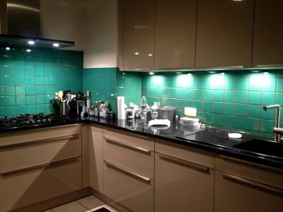 <p>Moderne Küche mit grünen bemalten Fliesen aus Mexiko von Mexambiente (Grün türkis 11×11 cm)</p>