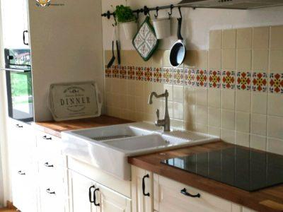 <p>Mexambiente Küche! individuell und unaufdringlich- die schlichte Kombination von weißen Fliesen mit einer Bordüre aus mexikanischen Dekorfliesen passt wunderschön zur Küche im Landhausstil.</p>