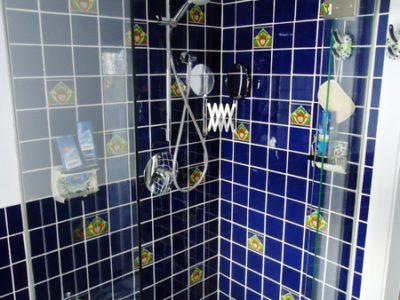 <p>Dusche mit Mexiko Fliesen in Blau in Premium Qualität 11×11 con Mexambiente. Wandfliesen Kobaltblau kombiniert mit Dekorfliesen mit Muster 11×11</p>