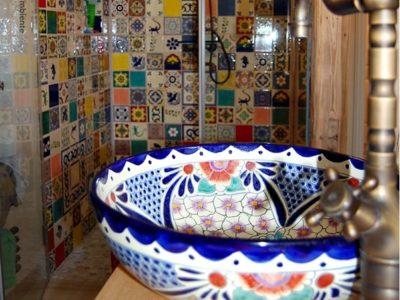 <p>Patchwork mit bunten Fliesen &amp; Waschbecken von Mexambiente. Langweilig war gestern! Mit unseren Premium mexikanischen Fliesen und Waschbecken aus Keramik schaffen Sie ein traumhaftes farbenfrohes Badezimmer!</p>