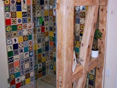 <p>Patchwork im Badezimmer mit bunten Fliesen aus Mexiko in Premium Qualität 11×11. Bunte mexikanische Wandfliesen für den Duschenbereich</p>