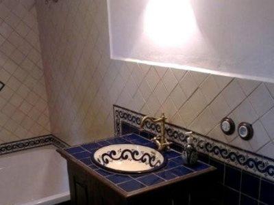 <p>Rustikales Badezimmer mit Mexiko Fliesen 11×11 in Kobaltblau + Perlweiss + Bordüre OC 144 Blau kombiniert mit einem Einbauwaschbecken OLA AZUL von Mexambiente</p>
