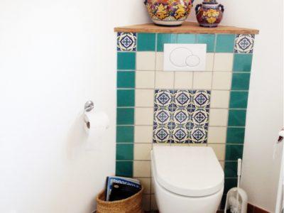 <p>Badezimmer mit Mexambiente Fliesen 11&#215;11 in türkis und perlweiss.</p>