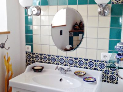 <p>Badezimmer mit Fliesen in türkis und perlweiss plus Dekorfliesen 11×11 OC 247 aus Mexiko</p>