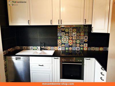 <p>Ikea Küche &#8211; Bunter Fliesenspiegel mit mexikanischen Premium Fliesen 11&#215;11 von Mexambiente</p>