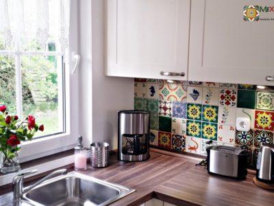 <p>Küche mit Mexikanischen Fliesen von Mexambiente (Dekorfliesen &#8211; Patchwork) kölpinsee-ferienhaus.de</p>