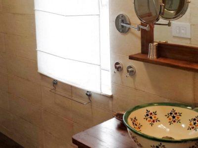 <p>Rustikales Badezimmer mit Mexiko Waschbecken &#8211; kölpinsee-ferienhaus.de</p>