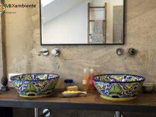 Beeindruckendes Badezimmer mit bunten mexikanischen Waschbecken