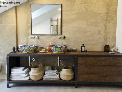"""<p>Unsere bunten Mexambiente-Waschbecken """"Mexico"""" auf stylisch-schlichten dunklen Waschtischen vor grauer Betonwand.</p>"""
