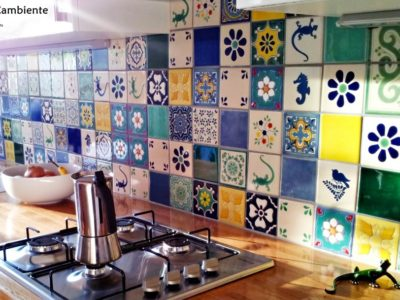 <p>Bunte Küche mit mexikanischen Designfliesen mit Muster.Diesen wunderschönen und individuellem Fliesenspiegel hat unsere Kundin mithilfe unseres Online Fliesenplaners erstellt. Wandfliesen 11×11 von Mexambiente.</p>