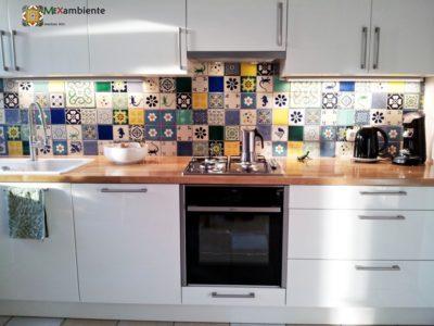 <p>Einzigartige Küche mit Designfliesen aus Mexiko.Diesen wunderschönen und individuellem Fliesenspiegel hat unsere Kundin mithilfe unseres Mexambiente Online Fliesenplaners erstellt. Wandfliesen 11×11</p>