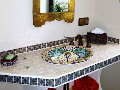 <p>Wunderbares Waschtisch mit Flair aus Mexiko. Unser Kunde hat den Waschtisch mit rustikalen Fliesen in 5×5 und ein buntes Talavera-Einbauwaschbecken Belleza gestalten. Ein fantastisches Badezimmer!</p>