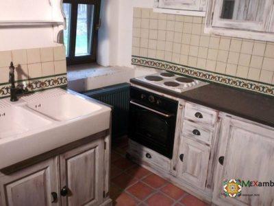 <p>Rustikale Küche mit handbemalten Fliesen im Format 11×11 von Mexambiente</p>