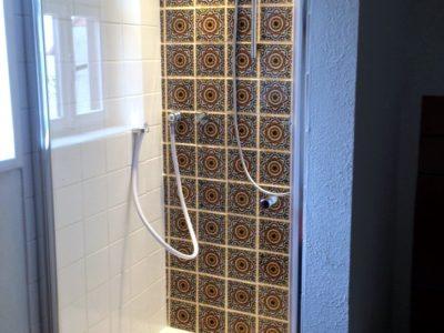 <p>Dusche mit bunten rustikalen Fliesen aus Mexiko</p>