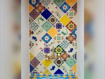 <p>Badezimmer im mexikanischem Stil mit Premium handbemalten Fliesen 11&#215;11 cm und Einbauwaschbecken oval Pavo türkis von Mexambiente. Patchwork-Stil Wandgestaltung mit Dekorfliesen</p>