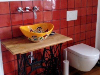 <p>Badezimmer mit rustikalen Fliesen & Mexiko Waschbecken.</p>