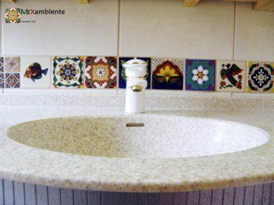 <p>Badezimmer mit Bordüre aus Mexiko Fliesen in Premium Qualität im Format ca. 11&#215;11 cm von Mexambiente</p>