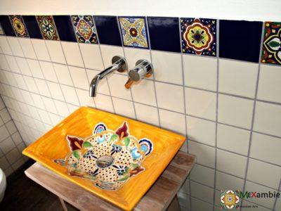 <p>Gästetoilette mit bunten Fliesen und Mexiko Waschbecken</p> <p>Premium mexikanische Fliesen im Format 11&#215;11 &amp; MEX6 Aufsatzwaschbecken Puebla von Mexambiente</p>