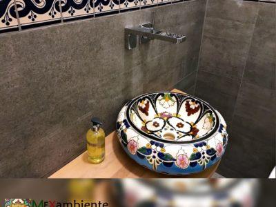 <p>Designer Waschbecken aus Mexiko rund mit floralem Muster und türkis Farben in Kombination einer Bordüre Fliese mit mexikanische Fliesen von Mexambiente</p>