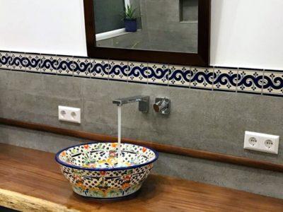 <p>Buntes Waschbecken und mexikanische Bordüre Fliesen von Mexambiente in 11&#215;11 cm. Waschbeckenmodell: MEX4 Caribe / Fliesen OC 144 Blau</p>