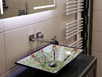 <p>Modernes Bad mit exotischem Waschbecken aus Mexiko von Mexambiente</p>