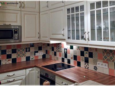 <p>Schöne Landhaus Küche mit handbemalten Fliesen aus Mexiko von Mexambiente</p> <p>Einfarbige Fliesen: Perlweiss, Coral und grün plus Dekorfliesen Premium ca. 11×11 cm</p>