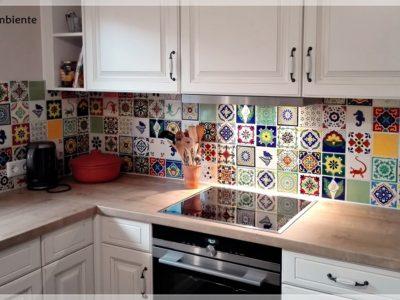 <p>Patchwork Küche mit bunten mexikanischen Fliesen in Premium Qualität von Mexambiente – Handbemalte Fliesen ca. 11×11 cm</p>