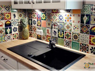 <p>Tolle Küche mit bunten Fliesenspiegel aus Mexiko Fliesen *Patchwork mit hochwertigen Mexambiente Fliesen ca. 11×11 cm – Handbemalt*</p>