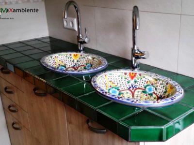 <p>Bad mit grünen mexiko Fliesen und bunte Waschbecken &#8220;Aventura&#8221;</p>
