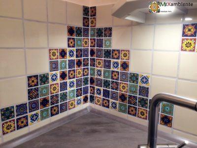 <p>Fliesen 5×5 aus Mexiko für die Küche – Hier in Kombination mit einfarbigen Perlweiss Fliesen 11×11 von Mexambiente</p>