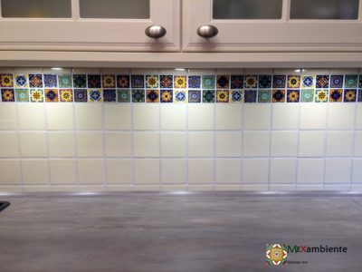 <p>Bunte Fliesen 5×5 für die Küche in Kombination mit einfarbigen Perlweiss Fliesen 11×11 cm von Mexambiente</p>