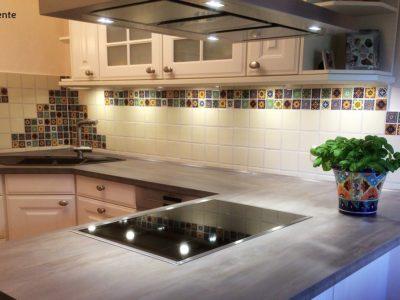 <p>Küche mit mexikanischen Fliesen 5×5 cm plus einfarbigen Perlweiss 11×11 cm von Mexambiente</p>