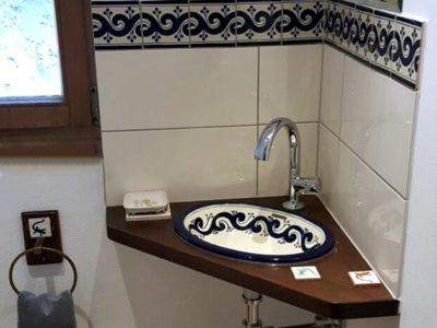 <p>Schöne Akzente für das Gäste WC mit mexikanischen Fliesen OC 144 Blau und Waschbecken Ola azul von Mexambiente.</p>