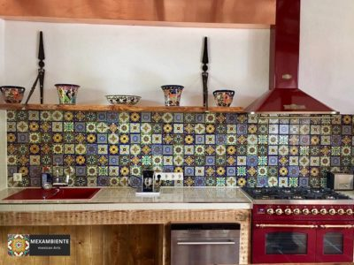 <p>Küche mit mexikanischen Fliesen im Patchwork-Stil 11×11 cm Premium</p> <p>Eine herrliche, individuelle Fliesenkombination komplett aus Premium Dekorfliesen 11×11 von Mexambiente gemeinsam mit Holzoberflächen und rotem Herd</p>