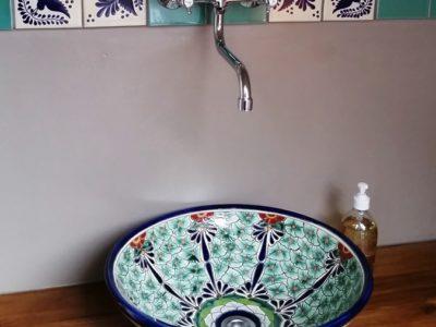 <p>Mexikanische Waschschale Pasion mit floralem Muster und eine schöne Bordüre mit Premium Fliesen aus Mexiko in 11×11 cm – Mexambiente Aufsatzwaschbecken MEX5 Pasion</p>