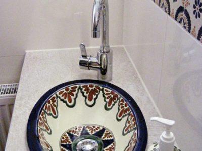 <p>Mexikanische Fliesen und Waschbecken im Gäste-Bad</p>
