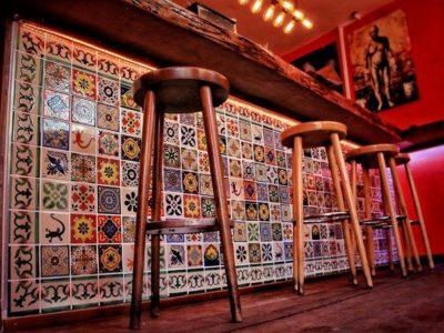 """<p>Beeindruckende Bar mit unseren mexikanischen Fliesender Größe 11×11 cm ziert die neue Mezcaleria """"<strong>Clandestina</strong>"""" in Viersen.</p>"""