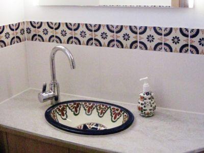 <p>Mexikanische Fliesen und Waschbecken in Gäste-Toilette</p>