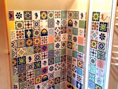 <p>Dusche mit bunten mexikanischen Fliesen ca.11×11 cm – Handbemalte Uni und Dekorfliesen von Mexambiente</p>