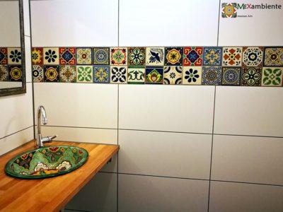 """<p>Traum-Badezimmer mit Fliesen und Waschbecken aus Mexiko –Fröhliches Mexambiente-Flair in einer individuellen Bordüre (11×11 cm Fliesen) zu eleganten, großflächigen Fliesen, dazu ein wunderschönes Einbauwaschbecken """"Verano"""" auf einer Holzkonsole.</p>"""